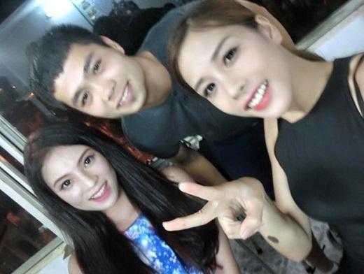 Công Phượng chụp cùng hot girlPhương Anh (em trung vệ Bùi Tiến Dũng) và Phương Thảo (vợ cầu thủ Văn Long).