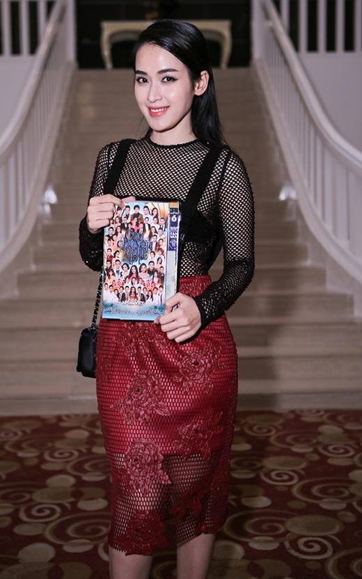 Tú Vi gợi cảm, sang trọng với trang phục kết hợp hai màu sắc đỏ và đen.