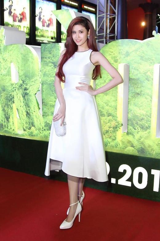 Trương Quỳnh Anh thanh lịch, kín đáo trong bộ váy trắng củanhà thiết kếLê Thanh Hòavới phần chân váy được cắt cúp lạ mắt.