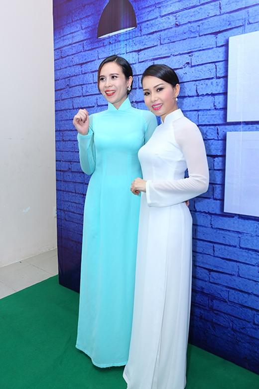 Cẩm Ly, Lưu Hương Giang đọ dáng trong tà áo dài truyền thống. Sự nền nã, chân phương giúp hai nữ huấn luyện viên Giọng hát Việt nhí 2015 thu hút mọi ánh nhìn.