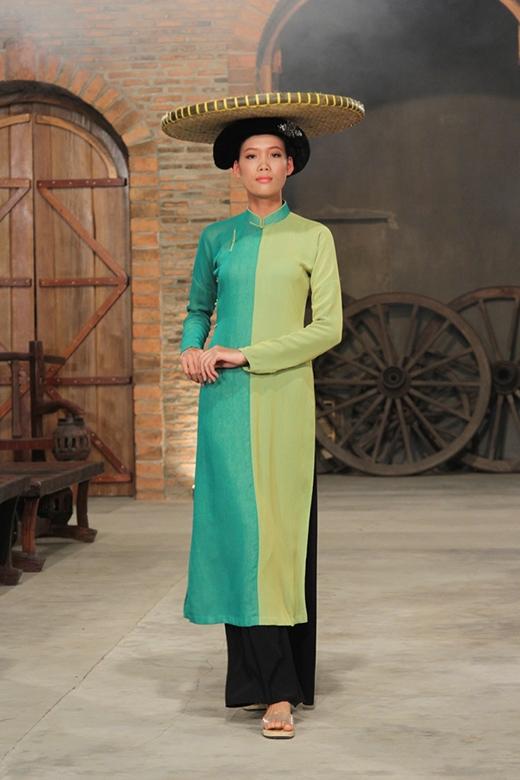 Nguyễn Thị Hợp mở màn cho phần trình diễn của 10 thí sinh khá suôn sẻ.