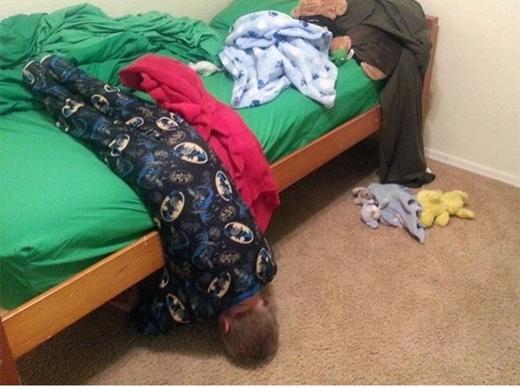 Tư thế ngủ 'siêu bá đạo' này đảm bảo sẽ khiến các bậc phụ huynh rất đau đầu khi xử lí tình huống. (Ảnh: Boredpanda)
