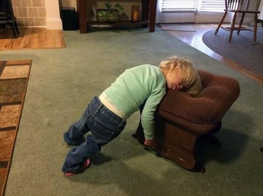 Thật khâm phục khả năng giữ thăng bằng của cậu bé này. (Ảnh: Boredpanda)
