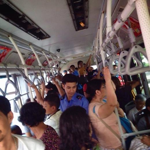 Bức ảnh anh chàng phụ xe buýt bị chụp lén được đông đảo mọi người chú ý. (Ảnh Internet)