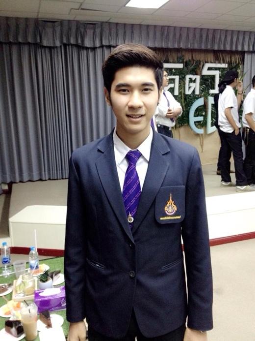 Tham dự một buổi lễ của khóa học với bộ vest vô cùng nam tính. (Ảnh Internet)