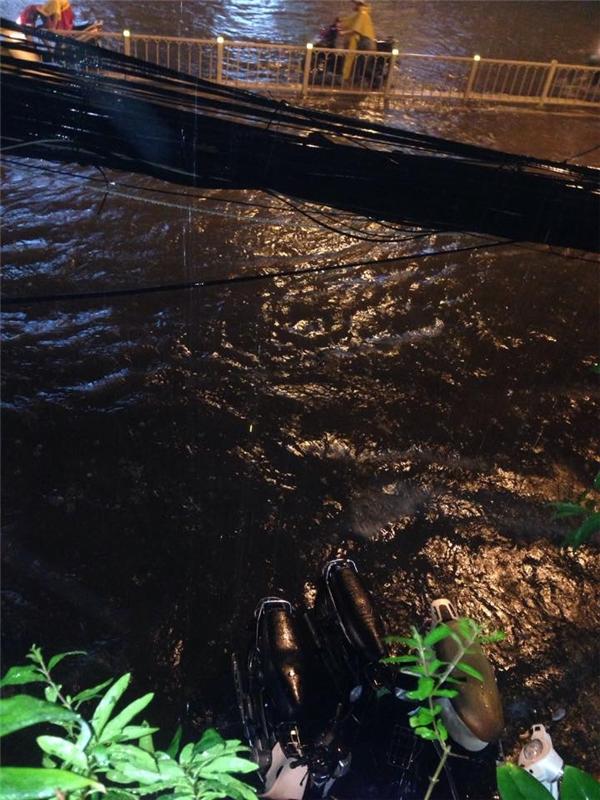 Nhiều tuyến đường chìm trong biển nước. Ảnh: FB