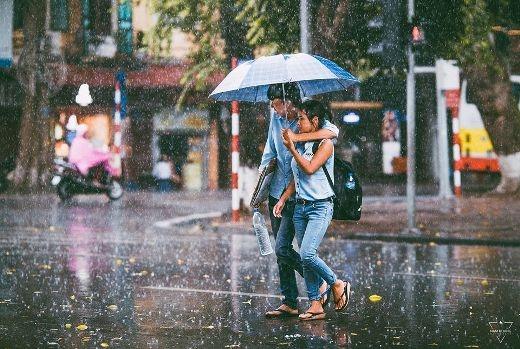 Nép vào vai nhau dưới ô trong ngày mưa thu se lạnh.