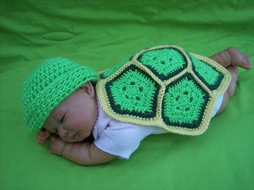 """Khi ngủ cũng tạo dáng sao cho thiệt giống một """"chú rùa con"""" nữa cơ chứ.(Ảnh Internet)"""