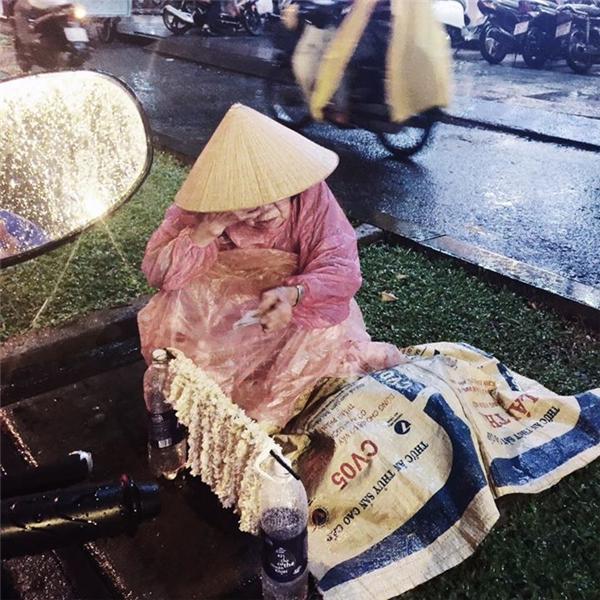 Hình ảnh bà cụ bán hoa nhài trong mưa gió tại Sài Gòn khiến nhiều người xúc động. Ảnh: FB