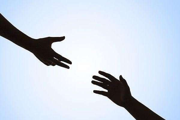 Hạnh phúc đôi khi chỉ là được giúp đỡ người khác. (Nguồn: Internet)