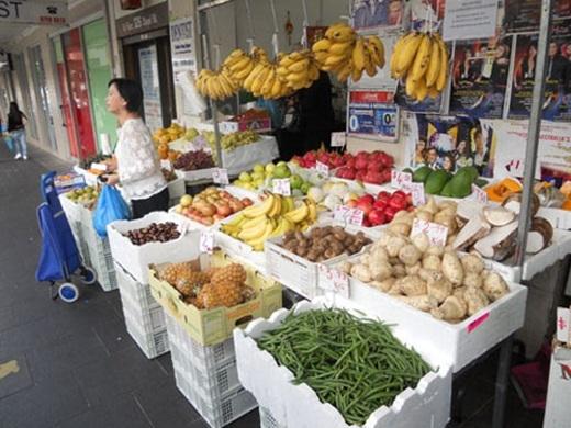 """Lạc vào Saigon Place, bạn sẽ bị """"bủa vây"""" bởi những quán ăn đậm chất Việt Nam như thịt quay, bún bò Huế, bún cá, sinh tố trái cây, hủ tiếu và cả bánh mì nữa. Trong ảnh là một hàng trái cây, rau củ không thể nào Việt Nam hơn.(Nguồn: Internet)"""