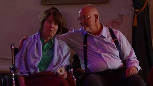 Tình yêu chân thành của đôi vợ chồng già lấy nước mắt triệu người