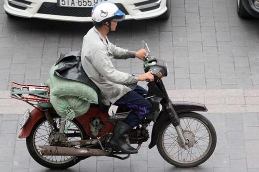 Xe chở nước đá trên đường Lê Thánh Tôn, quận 1