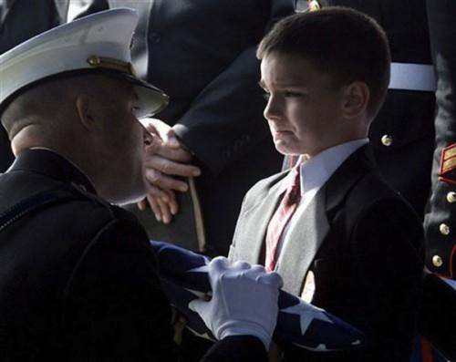 Cậu bé 8 tuổi, Christian Golczynski nhận lá cờ từ quan tài của cha mình, một lính hải quân đã hy sinh khi làm nhiệm vụ.