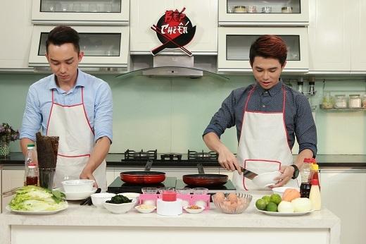 Hai trai đẹp vào bếp trổ tài nấu nướng.
