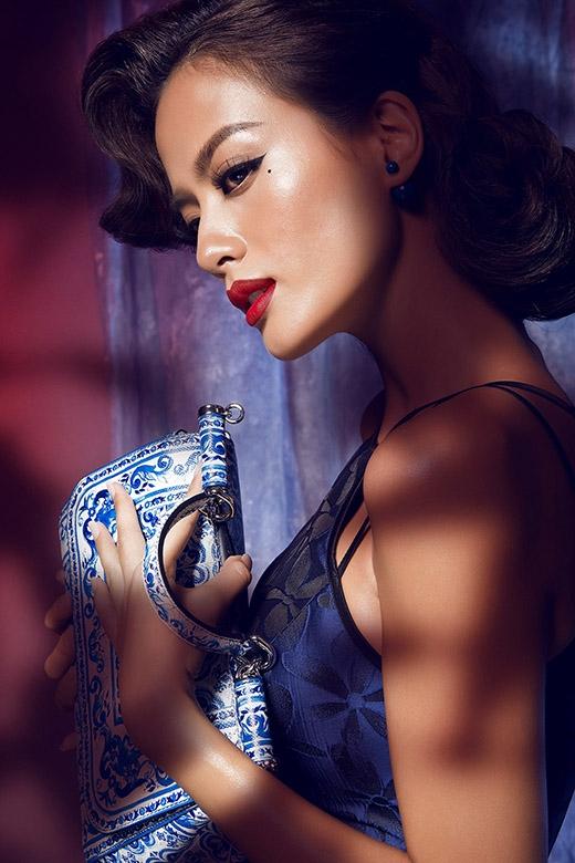 Chiếc túi xách họa tiết gốm sứ cũng là một điểm nhấn khá thú vị cho bộ trang phục. Mặc dù loại họa tiết này chưa thực sự phát triển thành một xu hướng nhưng đây sẽ là một điểm sáng mà các quý cô khó thể bỏ qua trong mùa Thu - Đông năm nay.