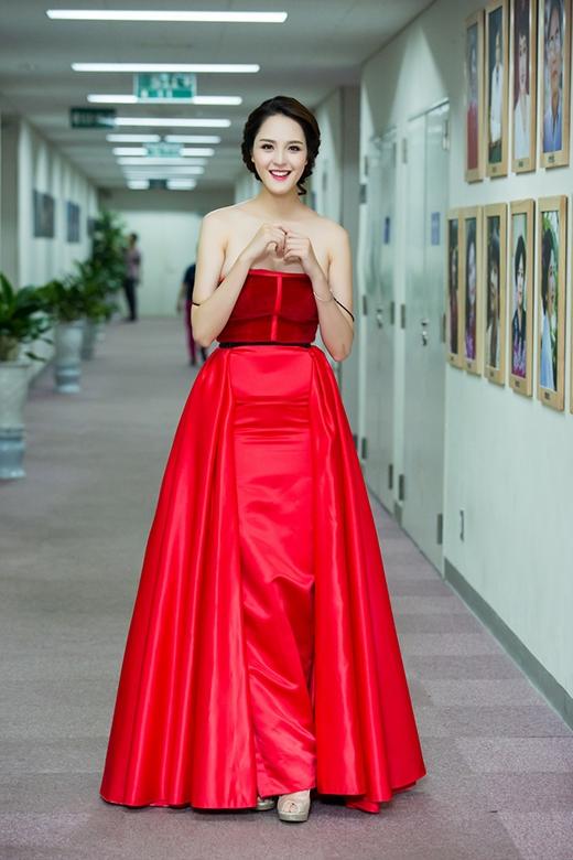 Mẫu thiết kế làm tôn lên sắc vóc cùng làn da trắng hồng của nhan sắc gốc Hà thành. - Tin sao Viet - Tin tuc sao Viet - Scandal sao Viet - Tin tuc cua Sao - Tin cua Sao