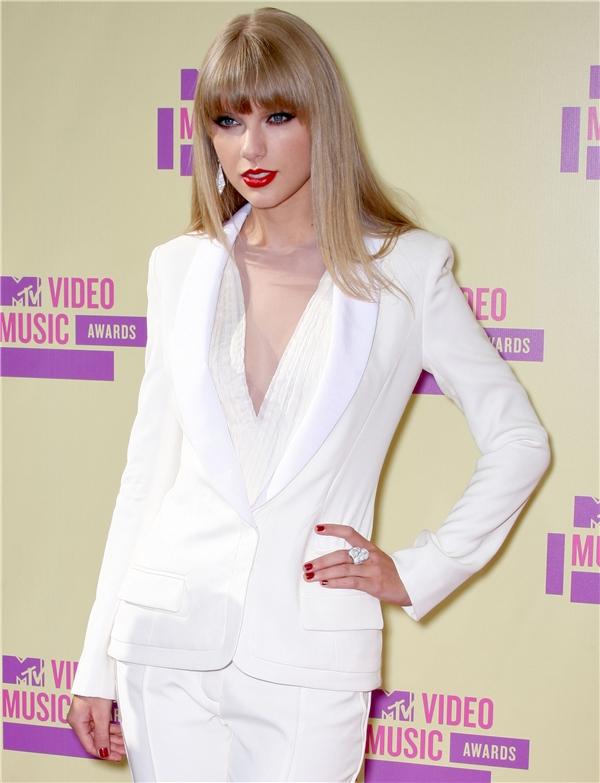 """Dù với hình tượng nữ tính hay mạnh mẽ, Taylor Swift vẫn thu hút người hâm mộ với vẻ đẹp quyến rũ """"chết người""""."""