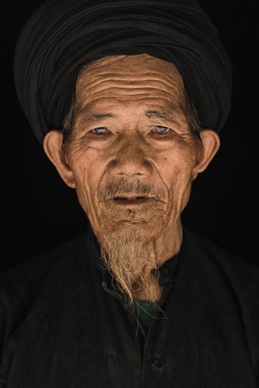 Lùng Leo Phố- cụ ông 78 tuổi người dân tộc La Chí. Công việc hàng ngày của ông là làm ra những ống nước bằng gỗ.(Ảnh:Rehahn)