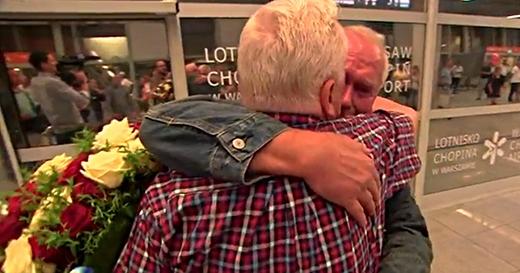 Hai cụ ông dành cho nhau những nụ hôn và nhiều cái ôm nồng ấm sau bao năm xa cách. (Ảnh: Mirror)