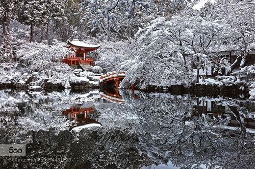 Cảnh tượng như tranh vẽ này thực chất là một ngôi chùa ở Kyoto, Nhật Bản bị tuyết bao phủ. (Ảnh: Internet)