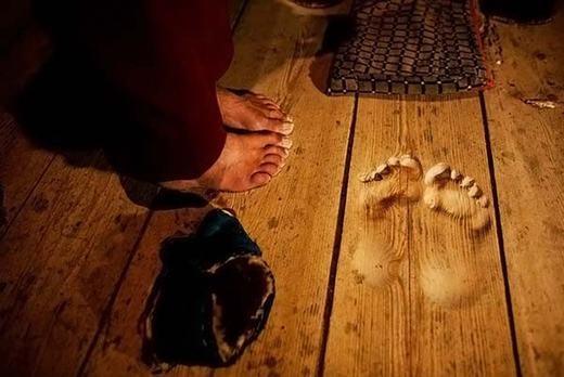 Một nhà sư đã khiến thế giới sửng sốt khi đứng một chỗ và cầu nguyện trong 20 năm. Trên sàn còn in hằn vết chân của ông. (Ảnh: Internet)