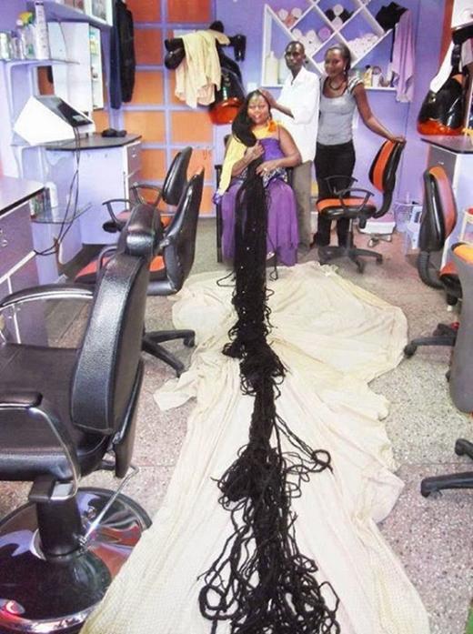 Mái tóc quá dài gây khó khăn cho Asha Mandela khi gội.