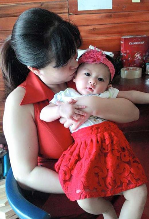 Chị Thanh và con gái 6 tháng tuổi.