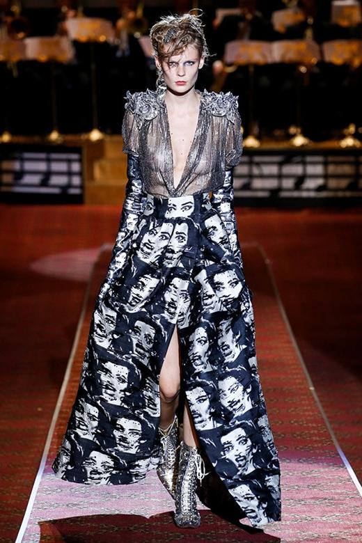 Tuy nhiên vượt lên trên tất cả vẫn là những đường cắt cúp táo bạo, mạnh mẽ khắc họa đậm nét phong cách thời trang của người phụ nữ hiện đại.