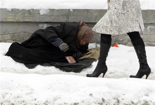 """""""Câu chuyện của anh làm tôi nhớ lại những lần mình đã làm ngơ trước những người vô gia cư trên đường phố, huống chi là bỏ chút thời gian dừng lại xem họ có cần mình giúp đỡ không"""". (Nguồn: Internet)"""