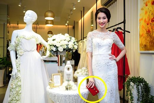 Chiếc váy mangnhiều chất liệu khác nhau cùng những chi tiết đính kết tinh tế. Dĩ nhiên, chiếc clutch tông đỏ không thể nào vắng mặt.