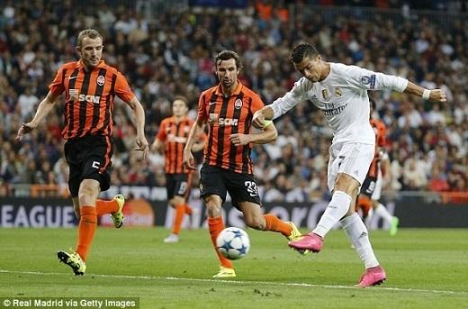 Trong đó, hat-trick vào lưới Shakhtar Donetsk giữa tuần qua giúp Ronaldo lập kỉlục ghi bàn tại Champions League/Cúp C1 với 80 pha lập công, nhiều hơn Lionel Messi 3 bàn.