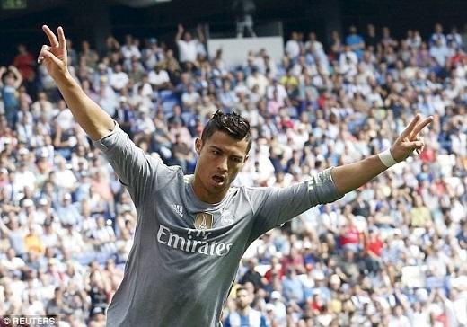 """Ở trận gặp Espanyol thuộc vòng 3 La Liga, Ronaldo khai hỏa 5 lần qua đó phá kỉlục ghi bàn của Raul tại sân chơi này. Sau 6 năm khoác áo """"Kền kền trắng"""", CR7 ghi 230 bàn tại La Liga, hơn Raul (228) 2 bàn và bỏ xa huyền thoại Alfredo Di Stefano (216)."""