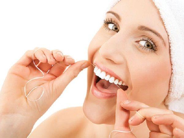 Kết hợp sử dụng chỉ nha khoa trong việc vệ sinh răng miệng.