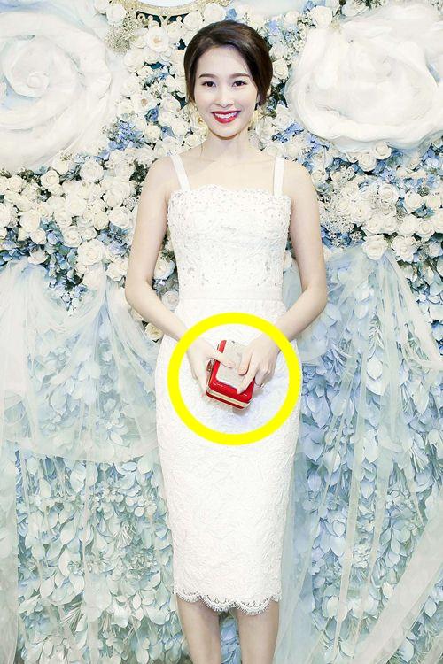 Sự kết hợp giữa sắc đỏ nổi bật trên nền trang phục trắngtạo nên một tổng thể dung hòa tinh tế.