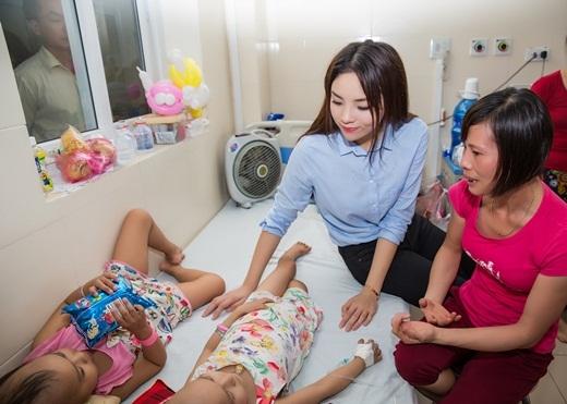 Hoa hậu Việt Nam 2014thăm hỏi những em bé không may mang trong mình căn bệnh quái ác. - Tin sao Viet - Tin tuc sao Viet - Scandal sao Viet - Tin tuc cua Sao - Tin cua Sao