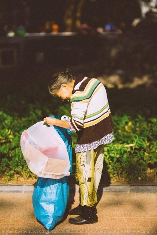 Lưng bà còng, tuổi bà cao nhưng rồi nụ cười vẫn nở trên môi. Hạnh phúc thật bình dị thế thôi.(Ảnh FB)