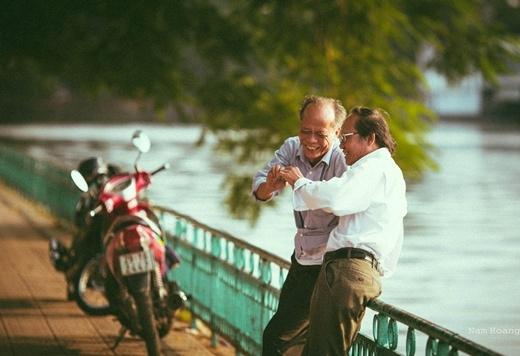 Niềm vui của hai người bạn già trong buổi chiều tà hôm ấy.(Ảnh FB)