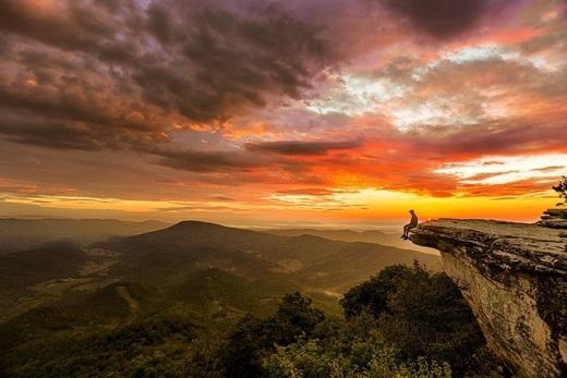 Một điểm ngắm hoàng hôn lí tưởng làMcAfee Knob, núiCatawba, hạtRoanoke, bang Virginia. (Nguồn IG @micahkvidt)