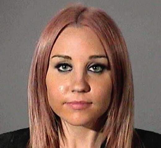 Giống như Justin, Amanda Bynes cũng bị bắt do điều khiển xe khi đã sử dụng chất kích thích vào ngày 06/04/2012.