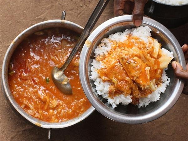 Iru (Nigeria): Người Yoruba ủ đậu Locust lên men và dùng làm gia vị cho các món hầm và súp. Chất tannin xuất hiện trong quá trình lên men khiến loại gia vị này có mùi rất chát và khó chịu. Ảnh: CNTraveler.
