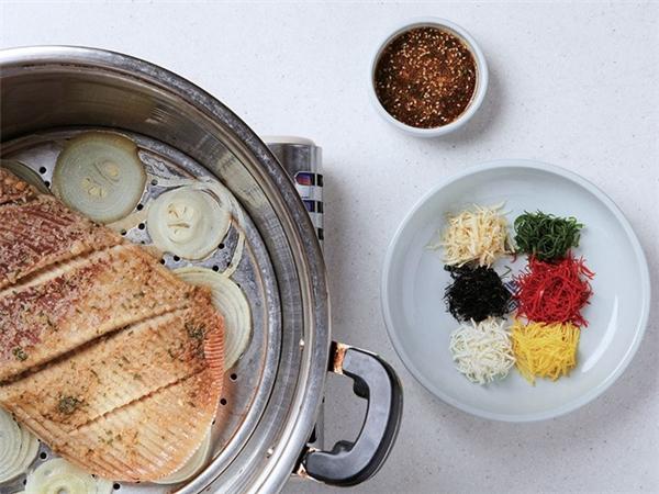 Hongeo (Hàn Quốc): Món cá đuối lên men có mùi nước tiểu và rất cay, không phải ai cũng đủ can đảm để nếm thử. Lần đầu ăn, bạn sẽ không thích món Hongeo, nhưng sau khoảng 10 lần, bạn sẽ bắt đầu nghiện. Ảnh: CNTraveler.