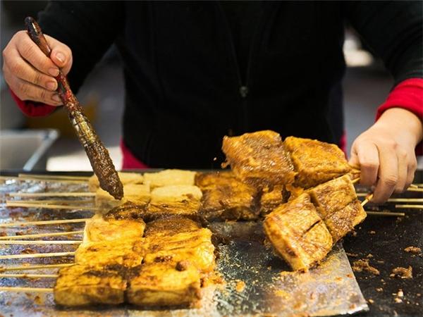 Đậu phụ thối (Trung Quốc): Món đậu phụ lên men này rất nặng mùi. Nhưng với người sành ăn, đậu càng bốc mùi càng ngon. Đậu phụ thối thường được rán giòn và ăn kèm với tương ớt. Ảnh: CNTraveler.