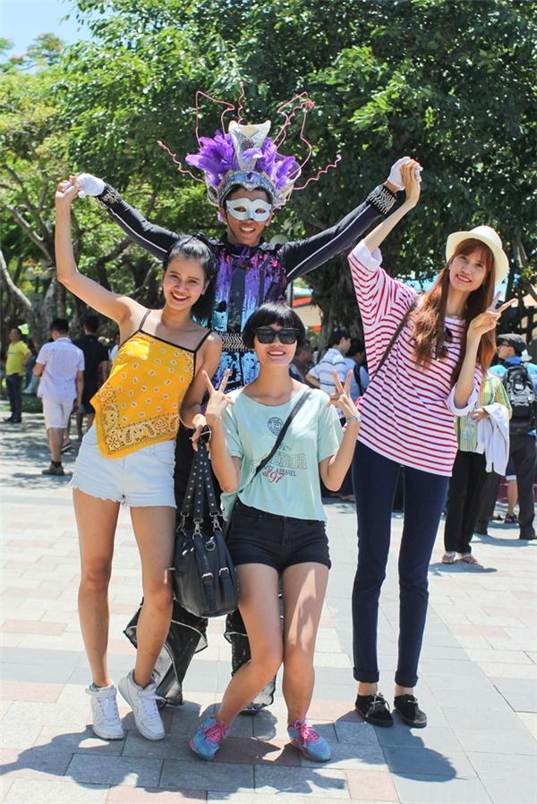 Các chàng trai, cô gái được tham gia nhiều hoạt động bổ ích tại một khu vui chơi nổi tiếng của thành phố biển xinh đẹp này.