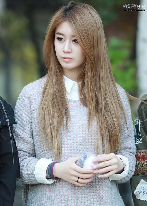 """Không hổ danh là """"tiểu Kim Tae Hee"""", Jiyeon (T-ara) luôn gây ấn tượng với mọi người nhờ vẻ ngoài cuốn hút. Không chỉ vậy, việc cô nàng phù hợp với nhiều kiều tóc cũng khiến các fan không khỏi ganh tị."""