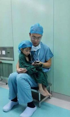 Sau khi được trấn an và chăm sóc, bé gái đã không còn khóc nữa. (ẢnhInternet)
