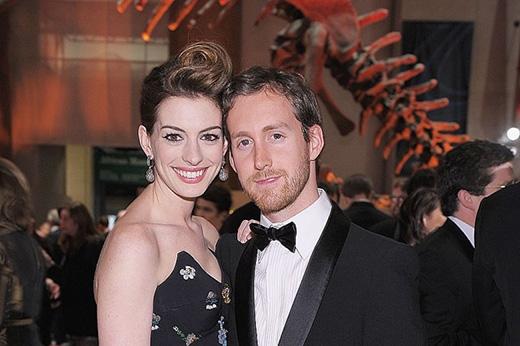 Anne Hathaway tìm thấy tình yêu với người hâm mộ, cũng là diễn viên Adam Shulman. Hai người gặp nhau tại một phim trường và sau đó đính hôn năm 2011, họ cưới nhau vào tháng 11/ 2012.