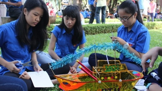 Một nhóm bạn trẻ học làm lồng đèn giấy kiếng. (Nguồn: Internet)