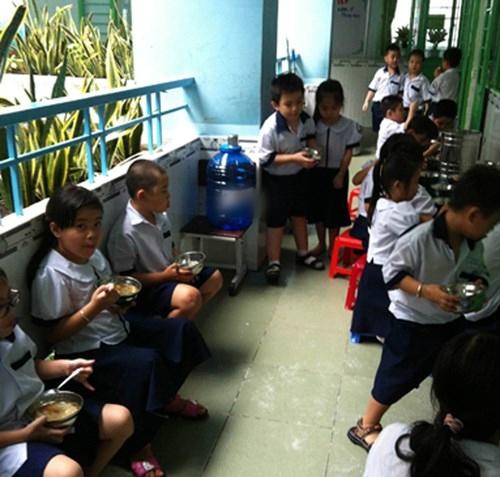 Học sinh uống nước đóng bình tại một trường tiểu học. Ảnh: Nguyễn Dũng