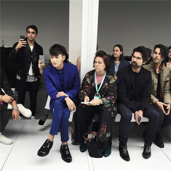 Ngồi cạnh Z.Tao là Suzy Menkes - biên tập viên của tạp chí Vogue -cũng tỏ ra không hài lòng.